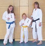 Die ersten Samurai-Kids im Kampfkunst-Sportverein mit Gelb- und Blaugurt belohnt